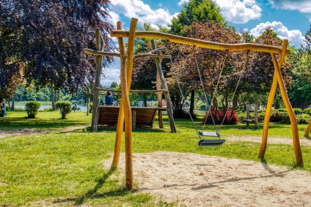 lychen-kinder-spielplatz-am-see-brandenburg